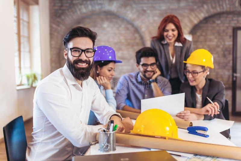 Spotykać drużyny inżyniery pracuje na projekcie budowlanym zdjęcie royalty free