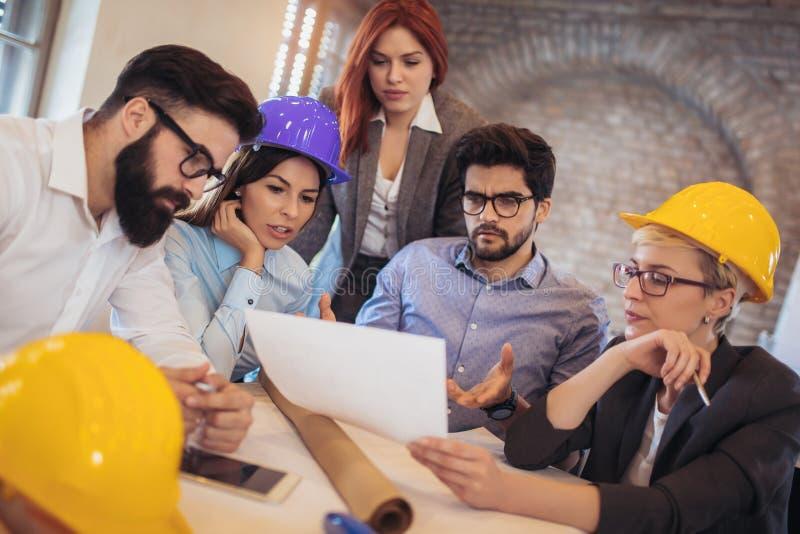 Spotykać drużyny inżyniery pracuje na projekcie budowlanym obrazy royalty free