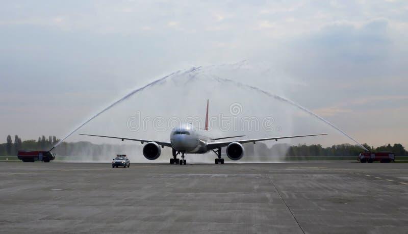 Spotykać o przyjazdzie pierwszy lot z wodnym salutem obrazy royalty free