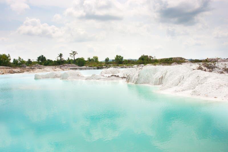Spowodowany przez człowieka sztucznego jeziora kaolin, obracający od kopalnictwo ziemi dziur wypełniał z podeszczową wodą tworzy  zdjęcie stock