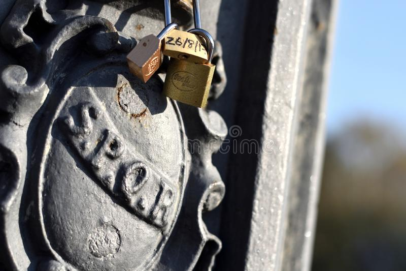 SPQR灯岗位在罗马,意大利,有爱锁和天空蔚蓝的 库存图片