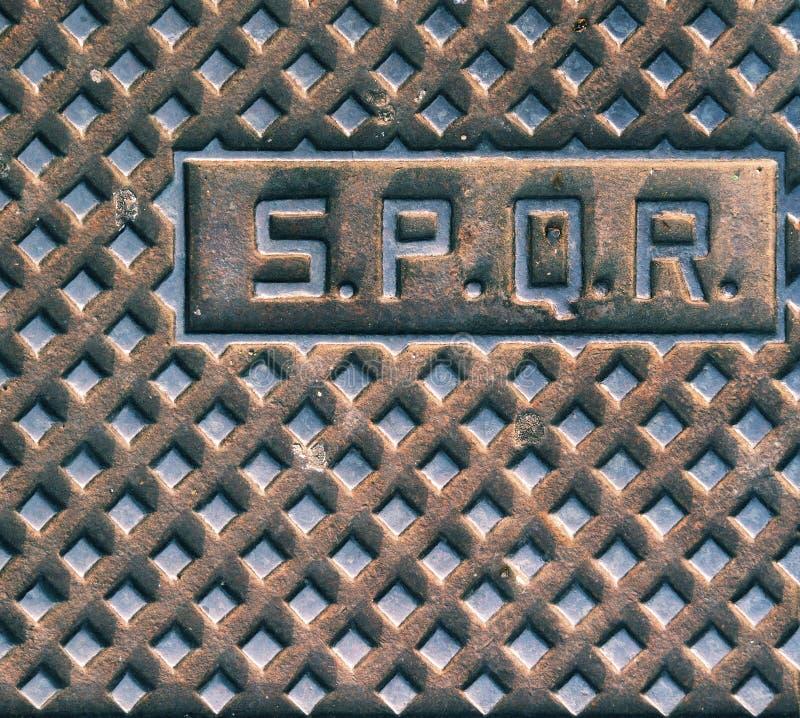 SPQR, типичная крышка люка в Риме стоковое изображение rf