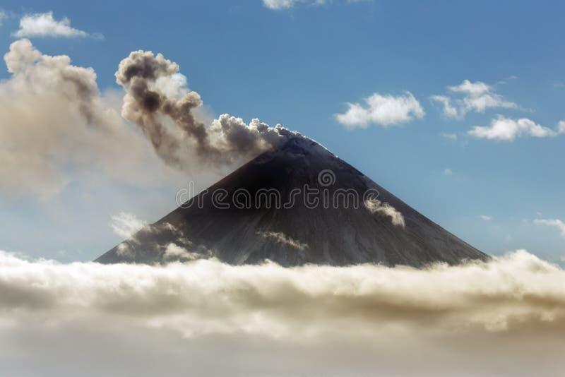Sprängmedel-översvallande utbrott av den Klyuchevskoy vulkan på Kamchatka arkivbilder