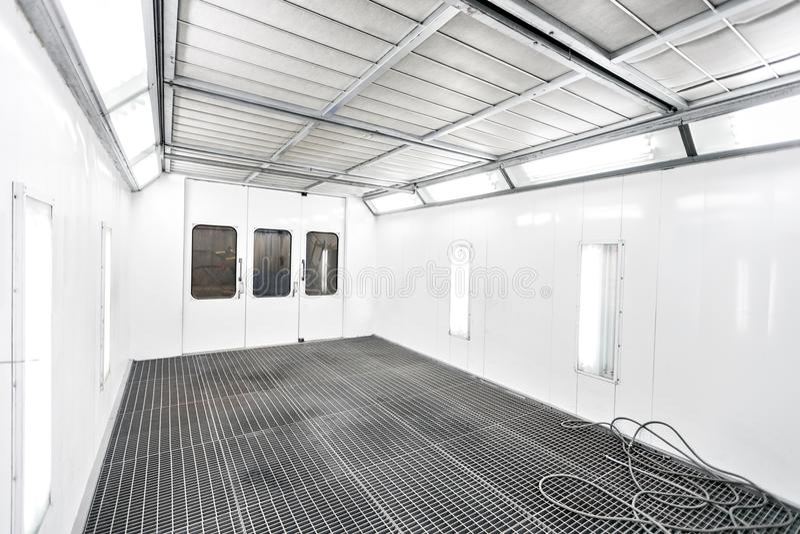Sprühfarbekabinett in einer Autoreparaturstation Selbstservicekonzept Hochwertige Malerei von Fahrzeugen in einem Raum mit a stockfoto