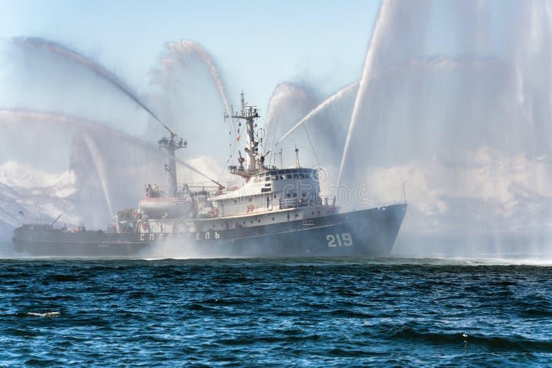 Sprühwasser des feuerbekämpfenden Schiffs auf Meer für Unterstützungsnotfall vom Feuer stockfotos