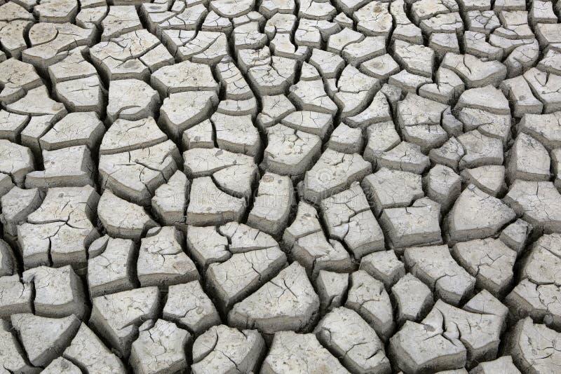 Sprünge im Boden während der Trockenzeitdürre lizenzfreie stockfotografie