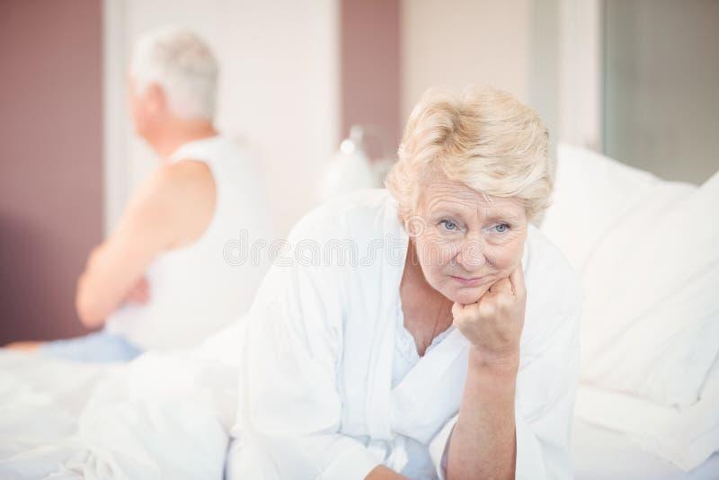 Sprężająca starsza para na łóżku obraz royalty free