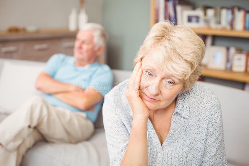 Sprężający starszy pary obsiadanie na kanapie zdjęcia royalty free