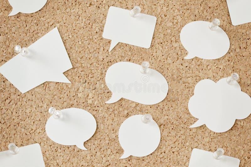 Spracheblasen auf Pinboard lizenzfreies stockfoto