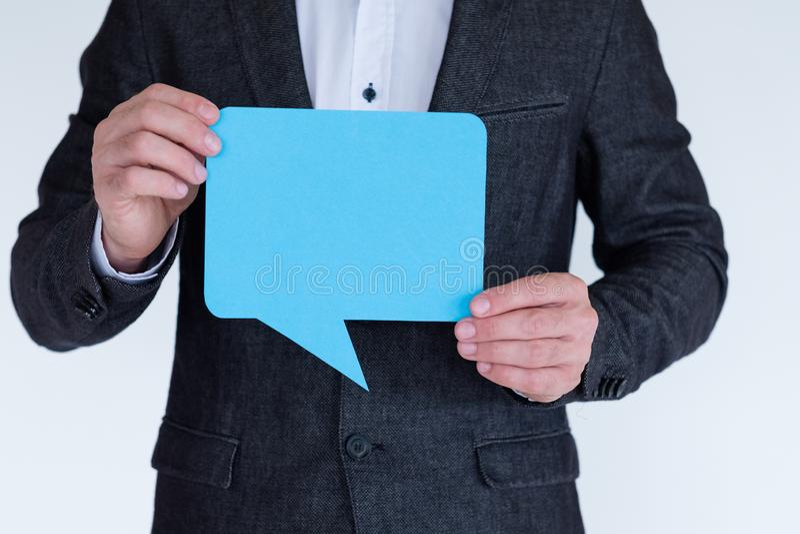 Spracheblasenikonen-Social Media-Idee des Manngriffs blaue lizenzfreies stockbild