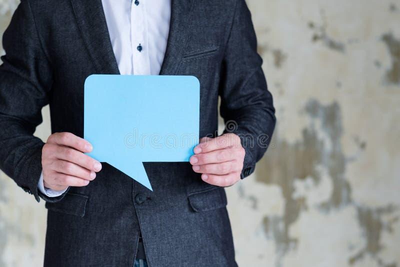 Spracheblasensocial media-Geschäft des Manngriffs blaues lizenzfreie stockfotos