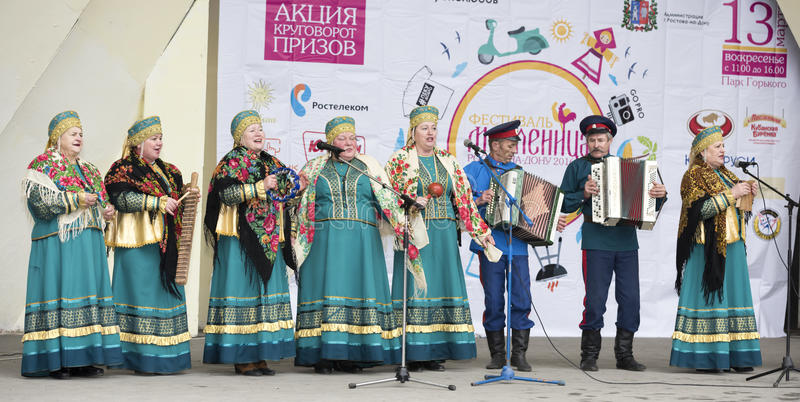 Sprachekosakenensemble von Maslenitsa in Gorky-Park stockbild