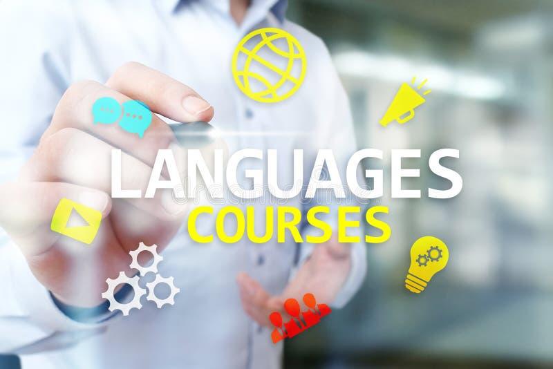 Sprachkurse, online lernend, englisches shool, E-Learning-Konzept auf virtuellem Schirm stockfotografie