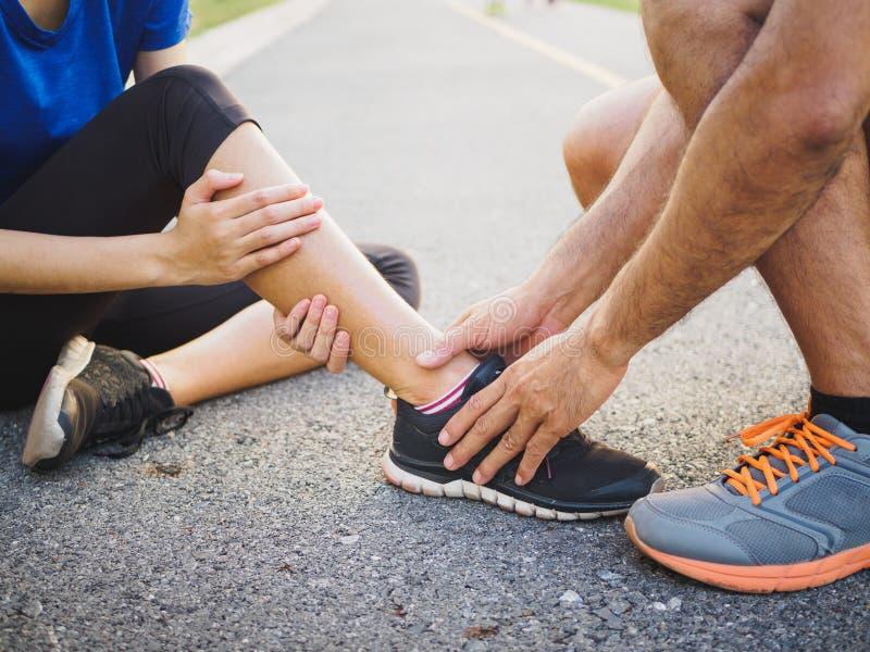 Sprained лодыжка Молодая женщина страдая от травмы лодыжки пока стоковое фото