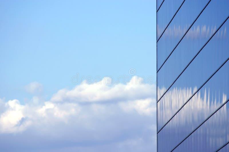 sprawa odzwierciedlający budynku. obrazy stock