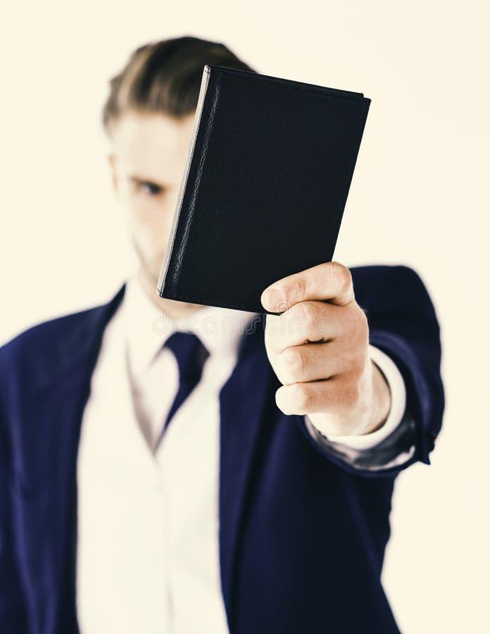 sprawa tła odizolowane biały facet przez Dojrzały biznesowy mężczyzna trzyma portfel z nakrywkową przyrodnią twarzą obrazy royalty free