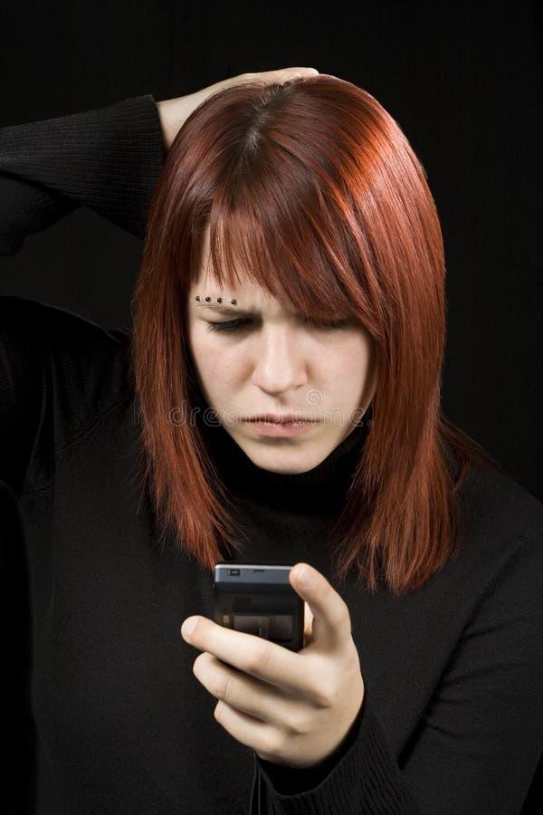 sprawdź telefon komórkowy dziewczyny zdjęcia stock