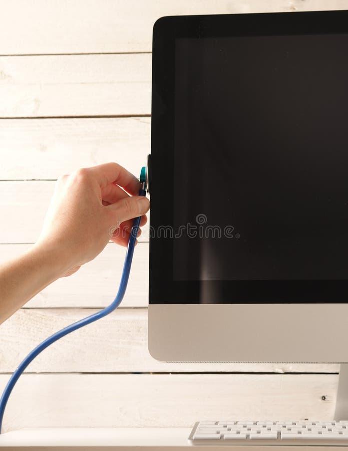 Sprawdzać elecetronic części z stetoskopem zdjęcie royalty free