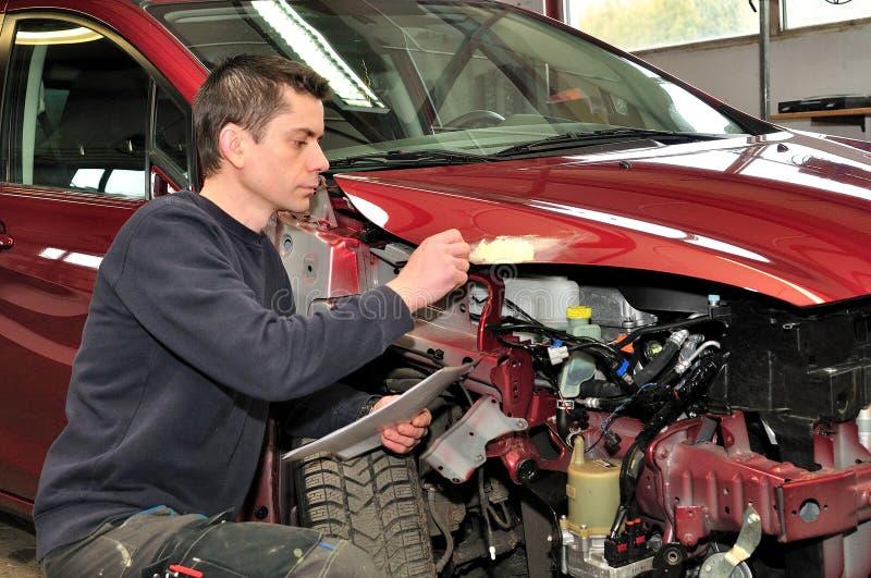 Sprawdzać samochód szkodę. fotografia royalty free