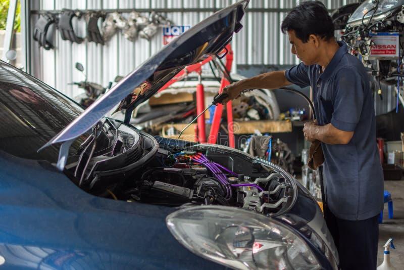 Sprawdzać samochodowego silnika dla naprawy przy samochodowym garażem obraz stock