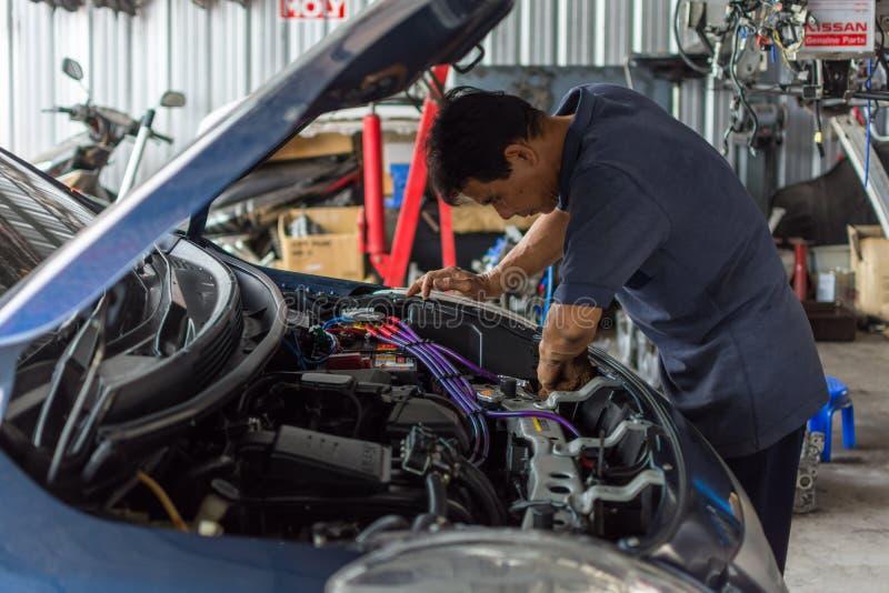Sprawdzać samochodowego silnika dla naprawy przy samochodowym garażem fotografia stock
