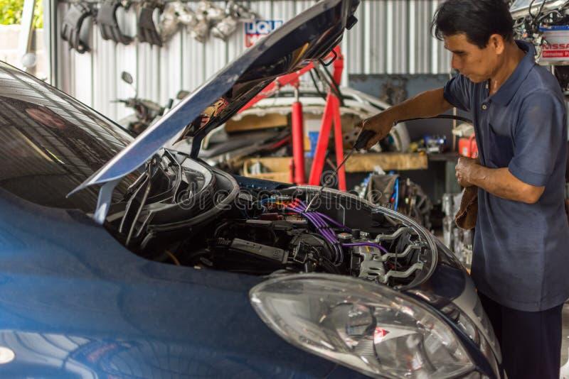 Sprawdzać samochodowego silnika dla naprawy przy samochodowym garażem zdjęcia stock
