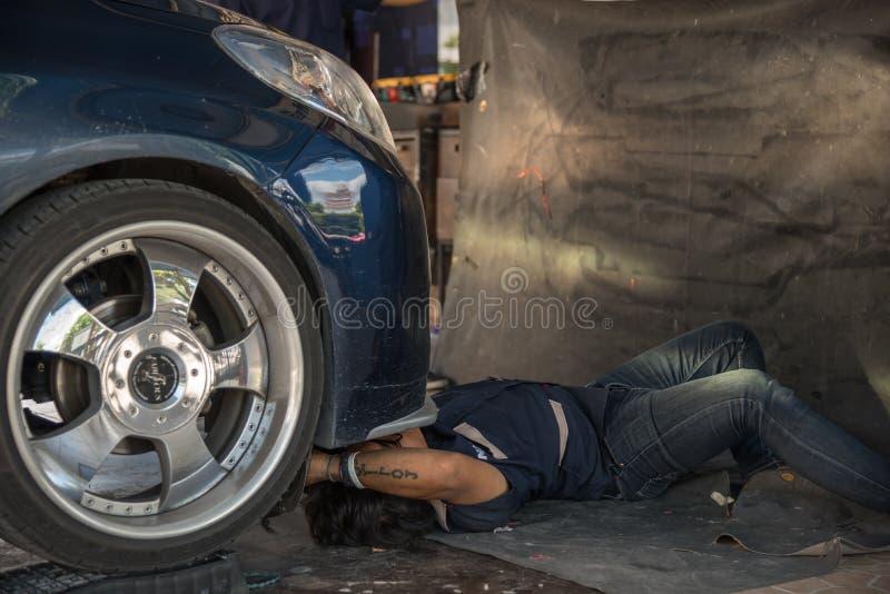 Sprawdzać samochodowego silnika dla naprawy przy samochodowym garażem obrazy stock