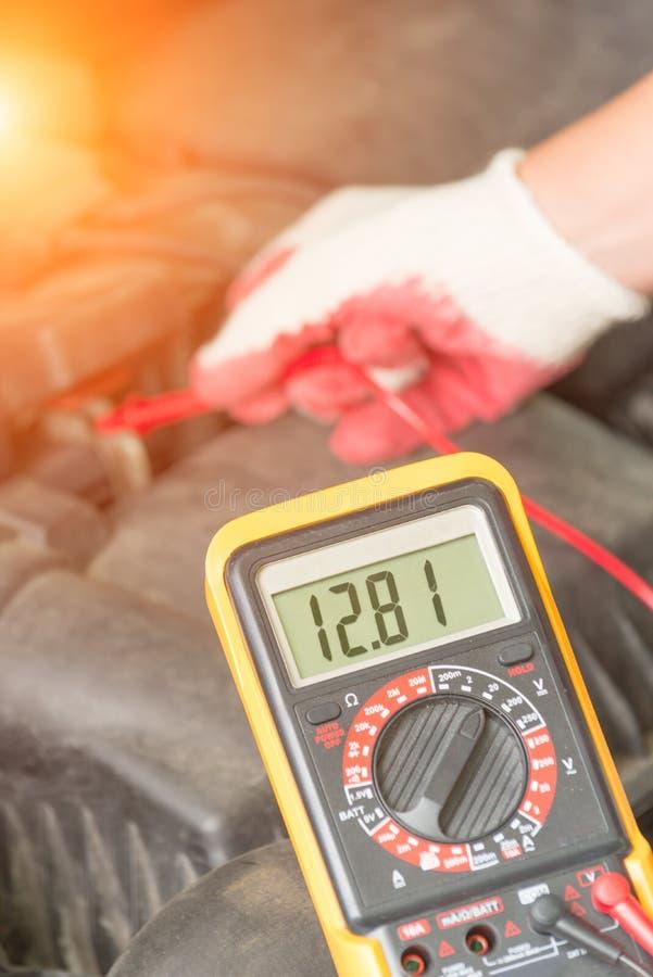 Sprawdzać samochodowej baterii woltaż obrazy stock