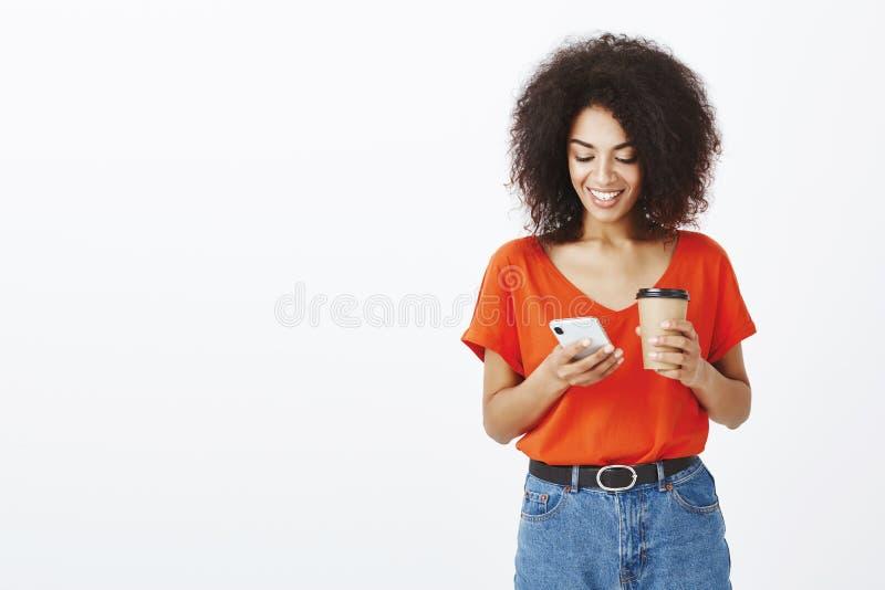 Sprawdzać skrzynkę pocztowa podczas gdy stojący w kolejce Nowożytna atrakcyjna z włosami afrykańska kobieta w eleganckim odziewa, obraz royalty free