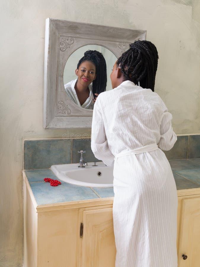 Sprawdzać spojrzenia w lustrze zdjęcia stock