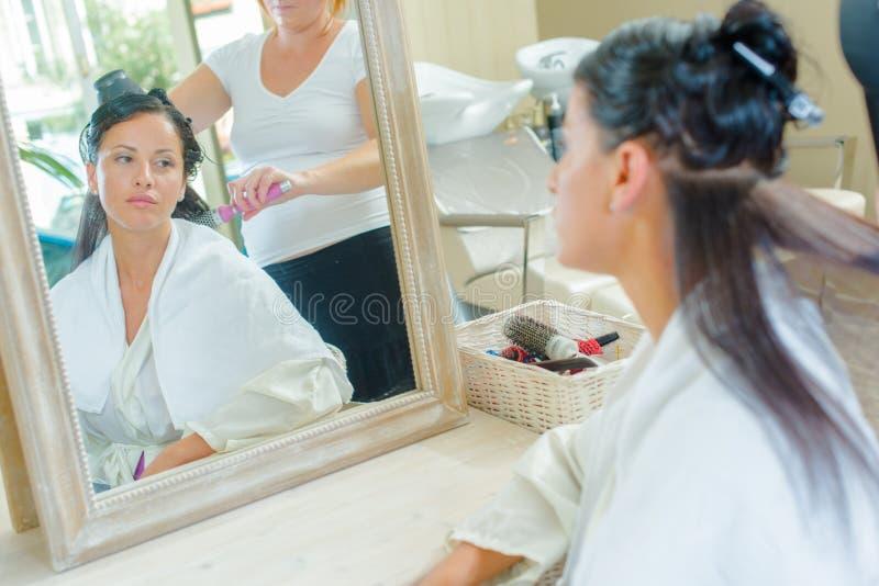 Sprawdzać włosy przy włosianym salonem fotografia stock