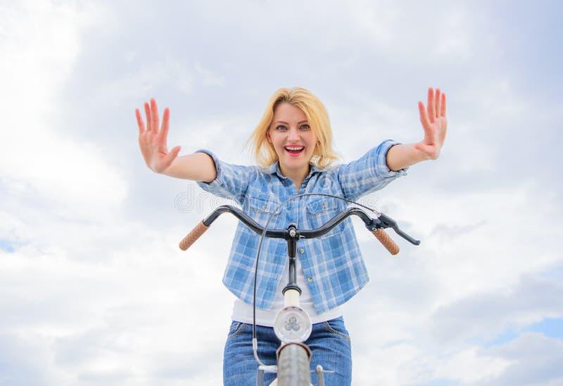 Sprawdza mnie out Rowerowe sztuczki Dziewczyna może jechać jej rower bez handlebars Kobieta lubi jechać rower Może codzienny zdjęcia stock