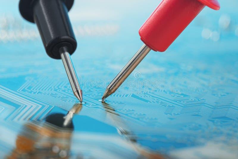 Sprawdza multimeter, elektronicznego obwodu cyfrowy przyrząd z składnikami deska Troubleshooting w urządzeniu elektronicznym obrazy royalty free
