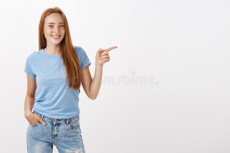 Sprawdza out mój sklep Portret przyglądający spokój i relaksująca śliczna rudzielec kobieta trzyma rękę wewnątrz z piegami obraz stock