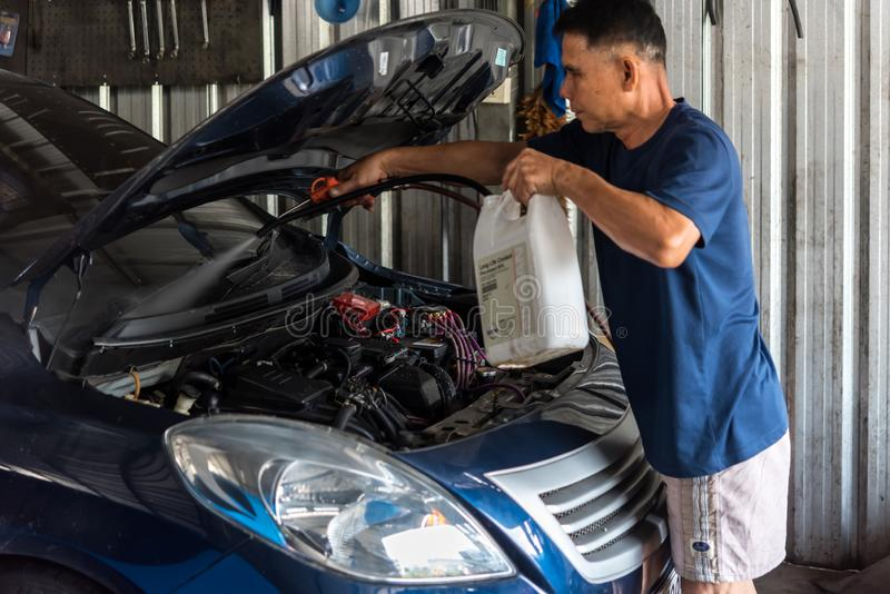 Sprawdza? samochodowego silnika dla naprawy przy samochodowym gara?em zdjęcie royalty free