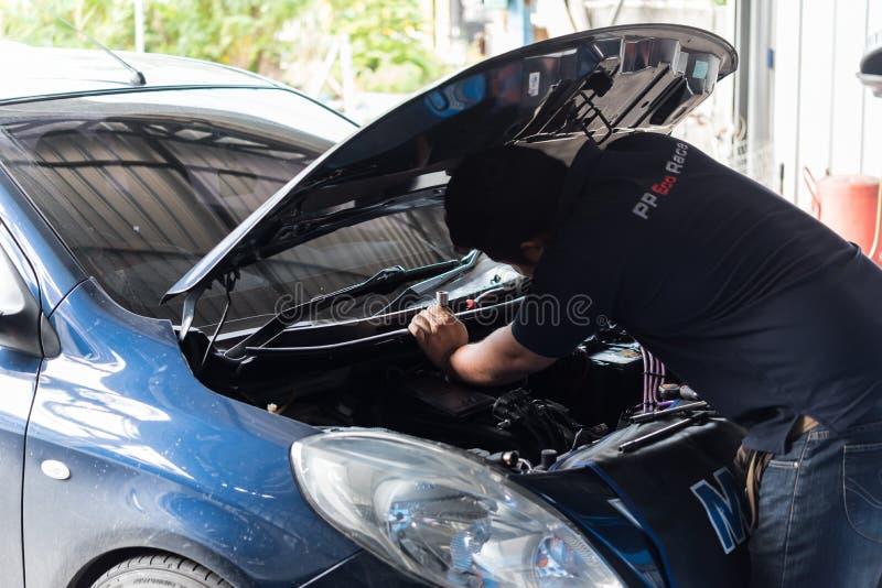 Sprawdza? samochodowego silnika dla naprawy przy samochodowym gara?em fotografia royalty free