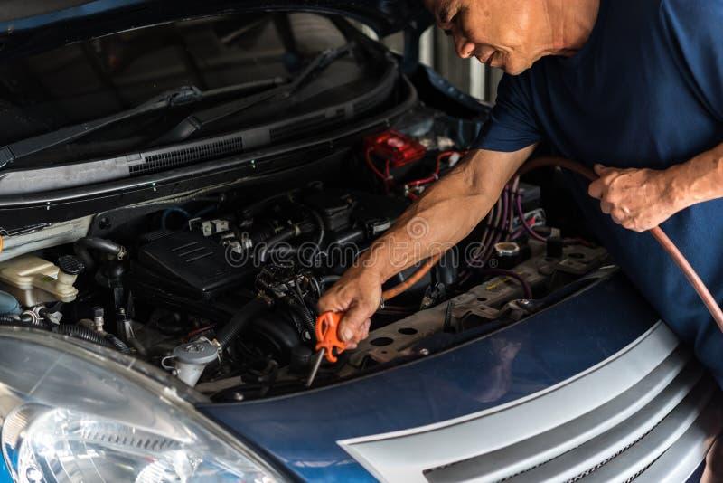 Sprawdza? samochodowego silnika dla naprawy przy samochodowym gara?em obrazy royalty free