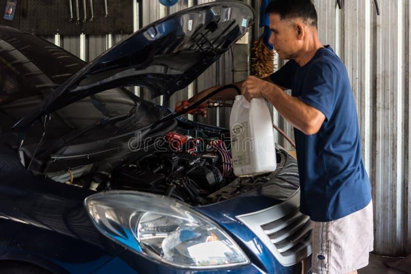 Sprawdza? samochodowego silnika dla naprawy przy samochodowym gara?em obraz stock