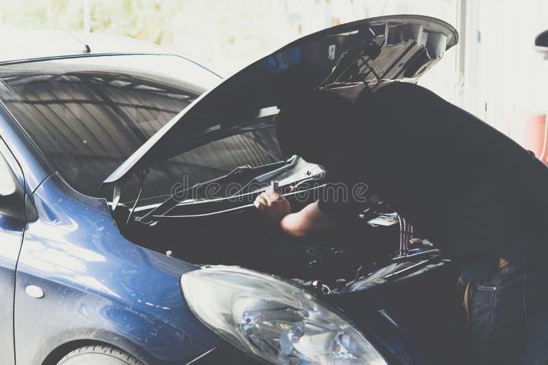 Sprawdza? samochodowego silnika dla naprawy przy samochodowym gara?em obrazy stock