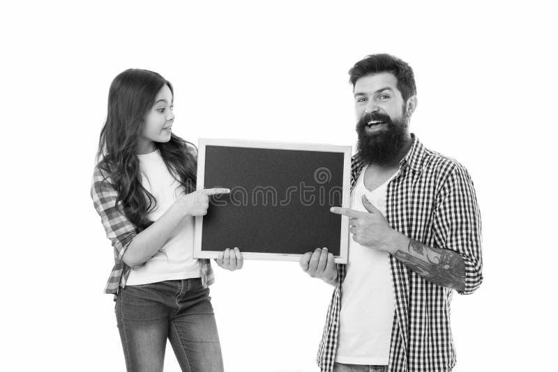 Sprawdza To Out Ojciec i c?rka wskazuje przy pustym chalkboard List rzeczy robi? wp?lnie Dziecko i ojciec najlepszy obraz royalty free