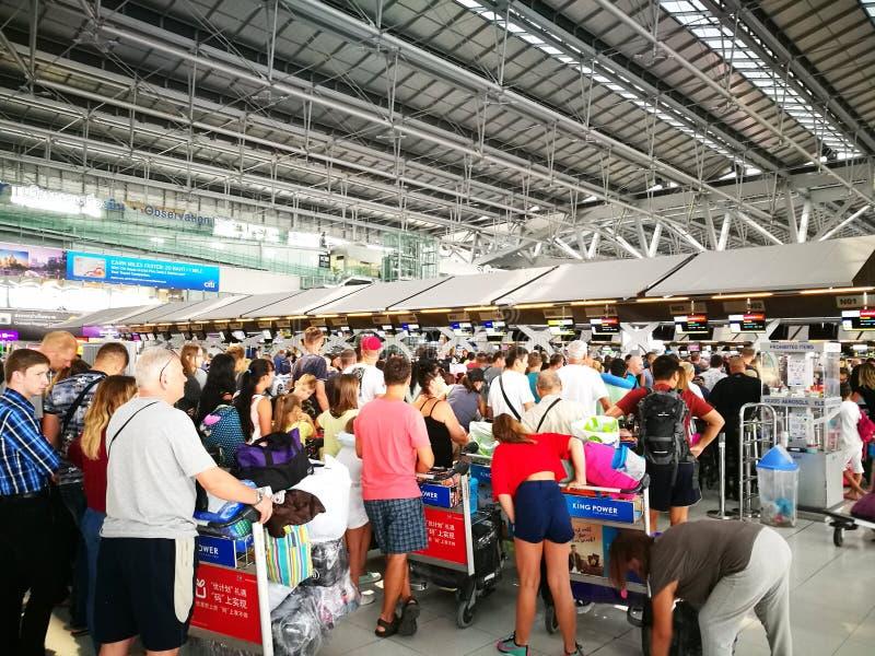 Sprawdza wewnątrz biurko w Suvarnabhumi lotnisku Ja jest jeden dwa lotniska międzynarodowego słuzyć Bangkok, Tajlandia zdjęcie royalty free