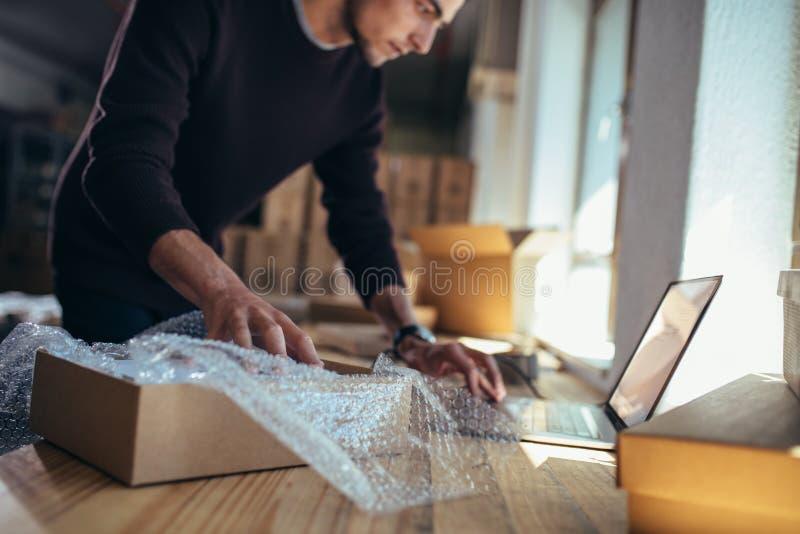 Sprawdzanie szczegółów produktu przed dostawÄ… zdjęcie stock