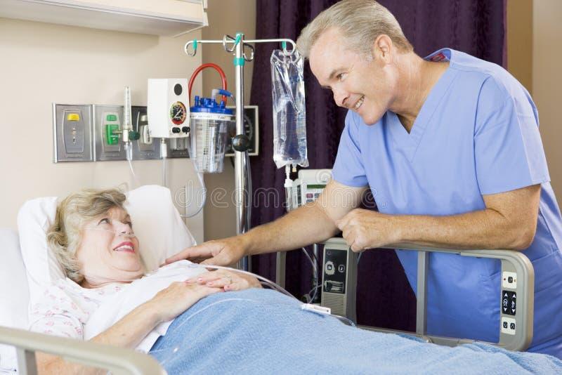 sprawdzić pacjenta do doktora zdjęcie stock