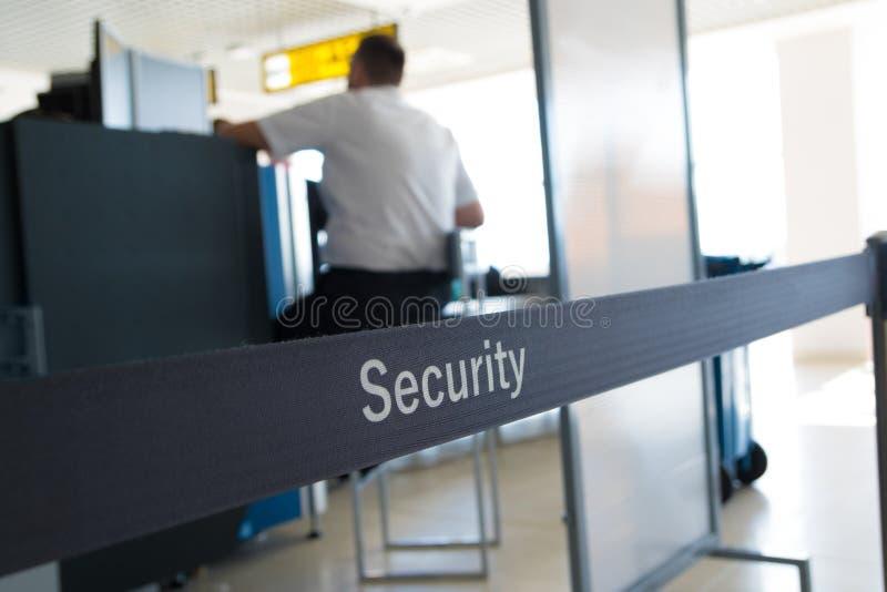 Sprawdzian bezpieczeństwa bagaż w lotnisku fotografia stock