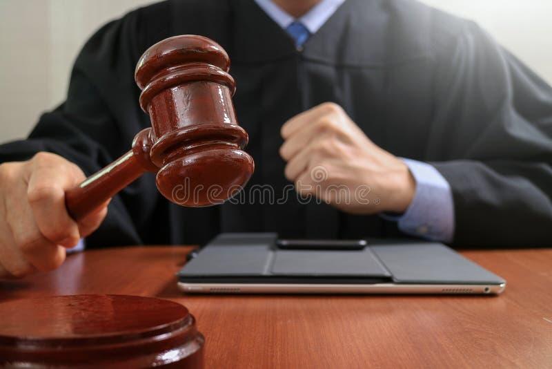 Sprawiedliwość i prawa pojęcie Męski sędzia uderza g w sala sądowej obraz stock