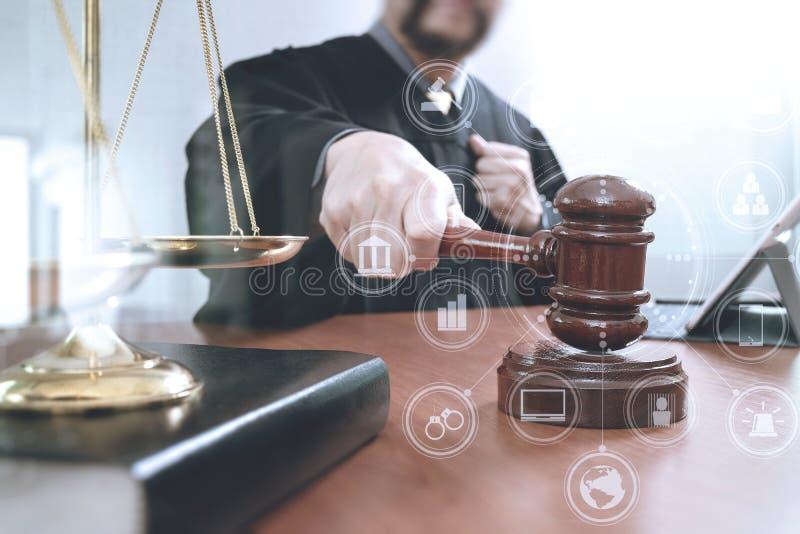 Sprawiedliwość i prawa pojęcie Męski sędzia w sala sądowej z młoteczkiem ilustracja wektor