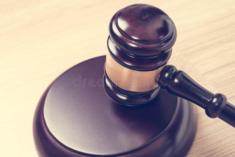 Sprawiedliwość młot lub sędziego młoteczek robić od drewnianego na stole, rocznik obrazy stock