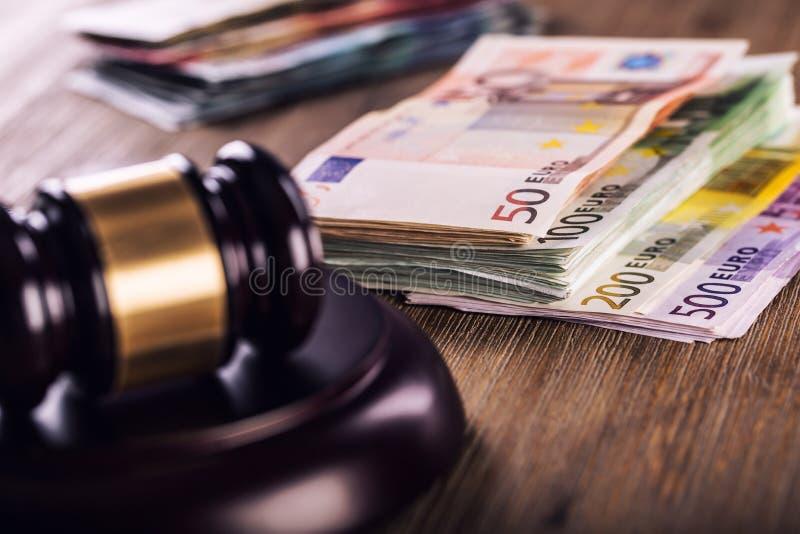 Sprawiedliwości i euro pieniądze banknot waluty euro konceptualny 55 10 Dworski młoteczek i staczający się Euro banknoty Przedsta zdjęcie stock