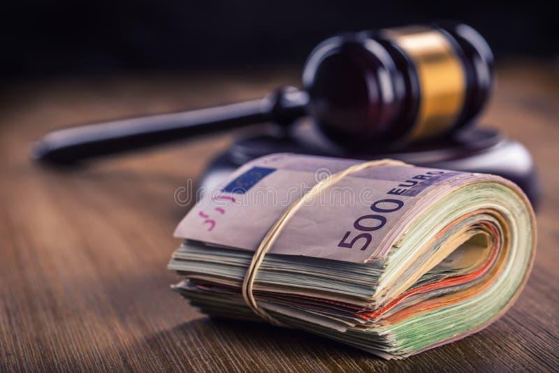 Sprawiedliwości i euro pieniądze banknot waluty euro konceptualny 55 10 Dworski młoteczek i staczający się Euro banknoty Przedsta zdjęcia stock