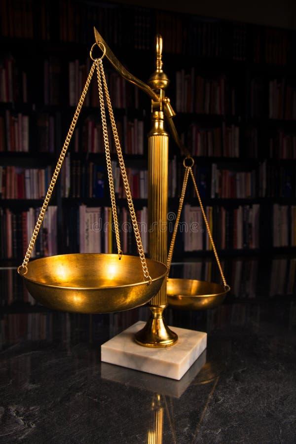 Sprawiedliwości skala z prawo książkami obrazy royalty free